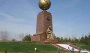 Площадь Мустакилик.Памятник счастливой матери и независимости